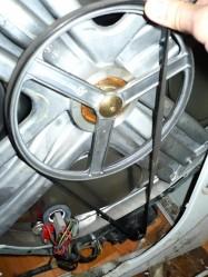 Натягиваем ремень сначала на двигатель потом на шкив
